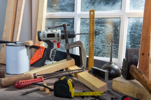 Algumas ferramentas de carpinteiro na oficina