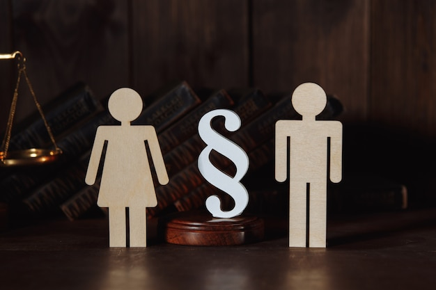 Algumas figuras com sinal de parágrafo. conceito de divórcio