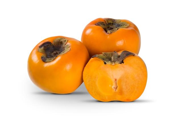 Algumas frutas cáqui em branco isolado. frutas frescas.