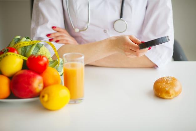 Algumas frutas, como maçãs, kiwis, limões e frutas na mesa nutricionista