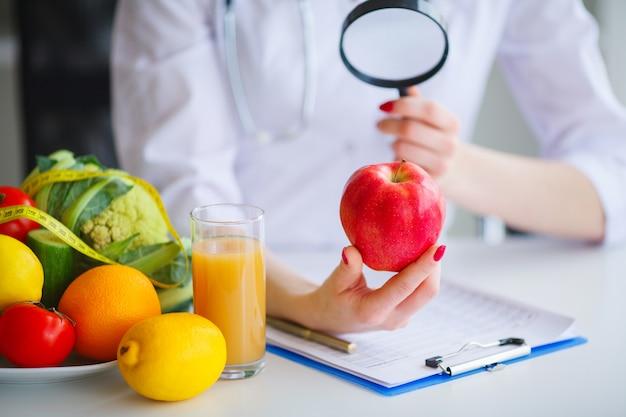 Algumas frutas, como maçãs, kiwis, limões e frutas na tabela de nutricionista