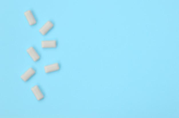 Algumas gomas de mascar mentem sobre textura de papel de cor azul pastel de moda