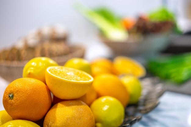 Algumas laranjas em uma cesta na tabela de madeira, laranjas frescas frutificam, foco seletivo.