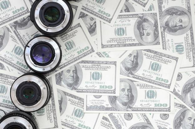 Algumas lentes fotográficas encontram-se no fundo de muitas notas de dólar. espaço para texto