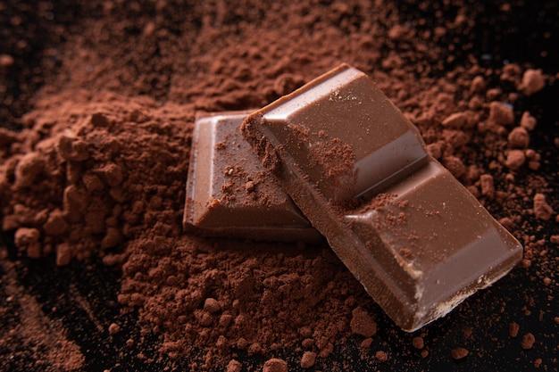 Algumas onças de chocolate no cacau em pó