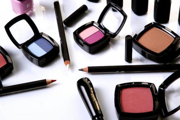 Algumas peças cosméticas em cima da mesa