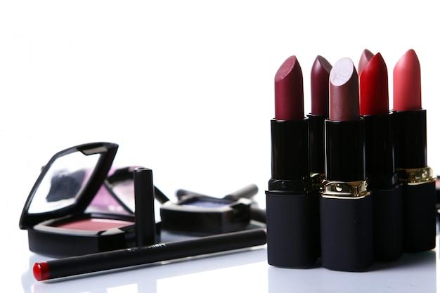 Algumas peças de cosméticos em cima da mesa