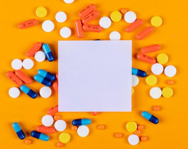 Algumas pílulas e papel de nota