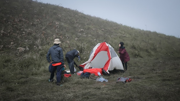 Alguns alpinistas que estão arrumando suas barracas para se prepararem para ir para casa