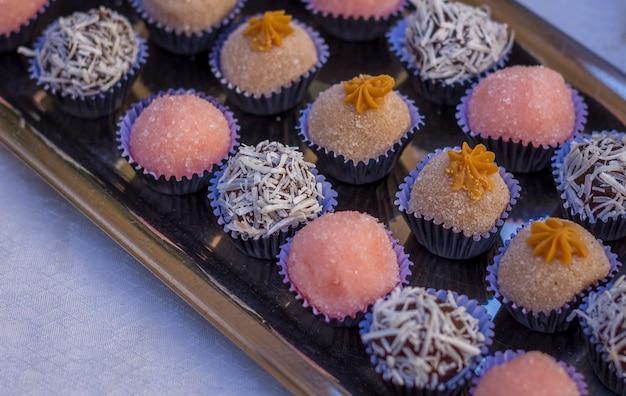 Alguns doces de aniversário feitos de morango e chocolate de coco