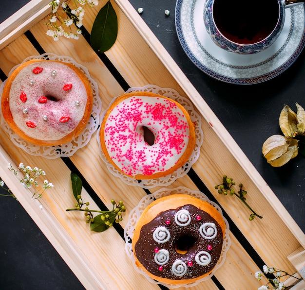Alguns donuts com várias coberturas