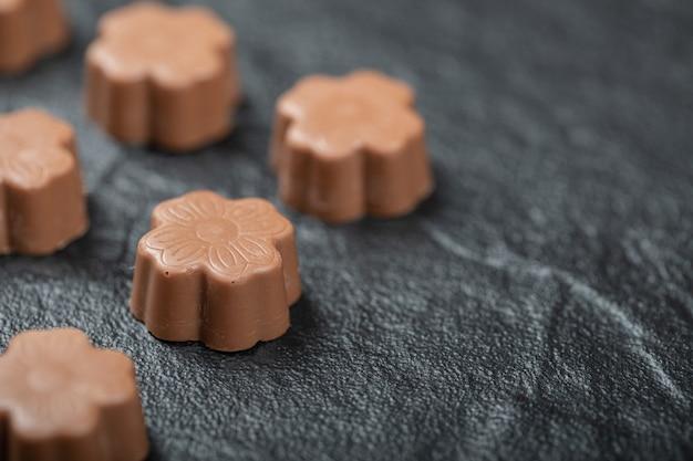 Alguns dos bombons de chocolate no preto.