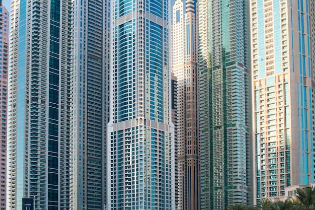 Alguns edifícios de escritórios de arranha-céus bonitos