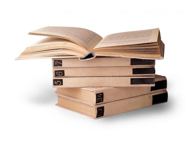 Alguns livros deitados um no outro