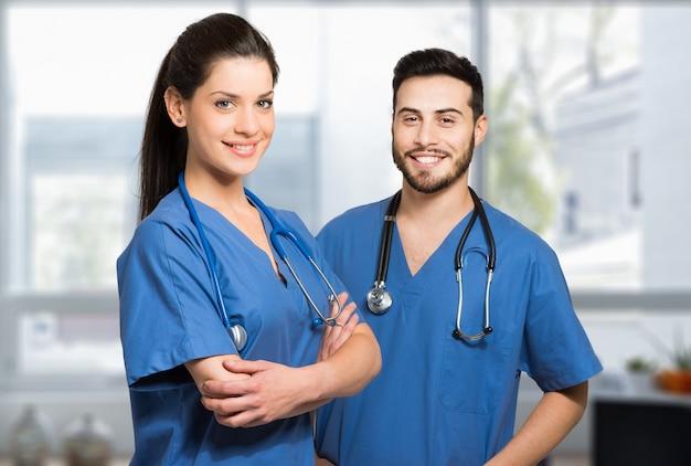 Alguns médicos no hospital