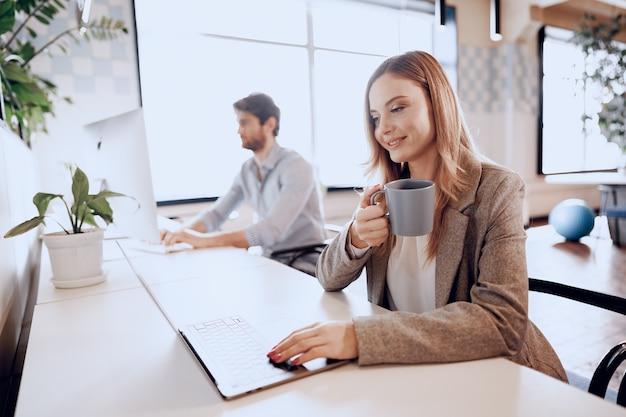 Alguns parceiros de negócios trabalhando juntos em um escritório moderno