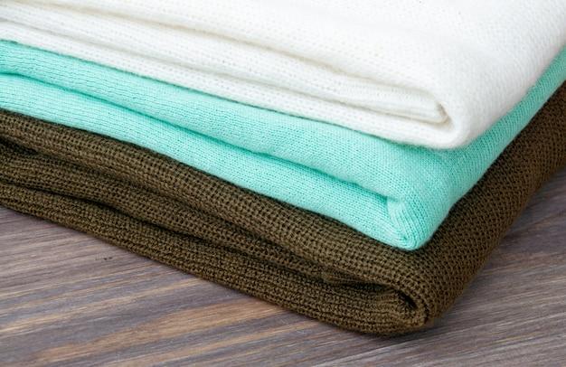 Alguns suéteres de malha quentes empilhados