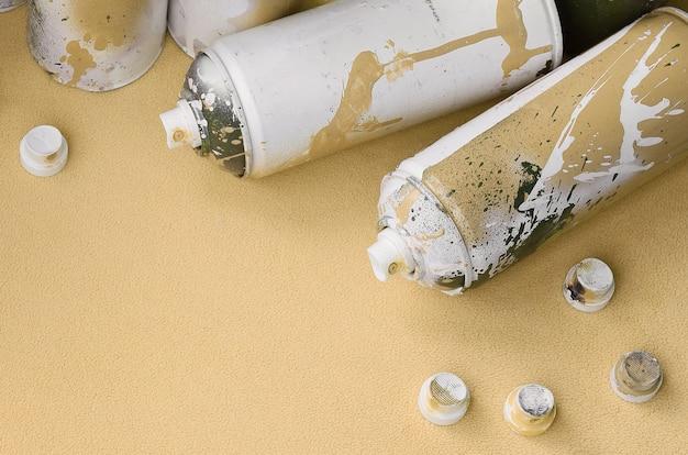 Alguns usam latas de spray de aerossol laranja e bicos com gotas de tinta encontra-se em um cobertor