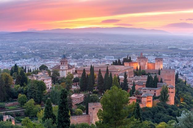 Alhambra ao pôr do sol em granada, andaluzia, espanha