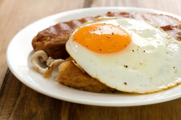 Alheira frita com ovo na chapa branca