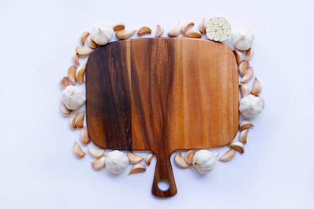Alho com tábua de madeira em branco
