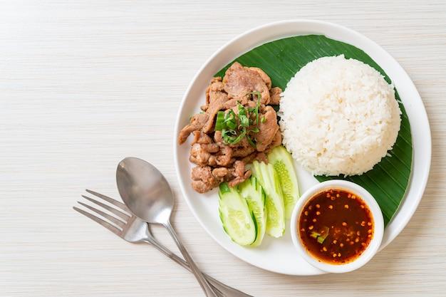 Alho de porco grelhado com arroz com molho apimentado em estilo asiático
