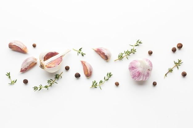 Alho e ervas alinhadas na mesa