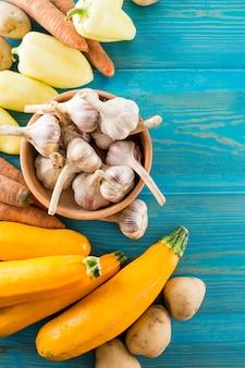 Alho e legumes em cima da mesa