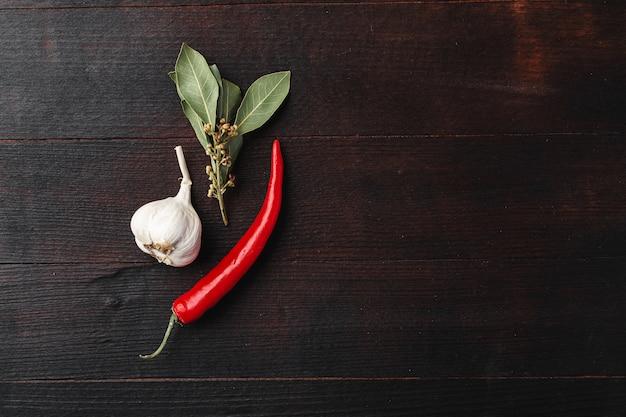 Alho e pimenta na mesa de madeira escura