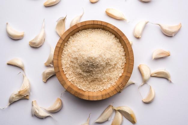 Alho ou pó de lahsun são alho moído e desidratado. é um tempero comum para massas, pizzas e frango grelhado. sobre fundo branco, foco seletivo