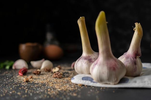 Alho seco picante sobre uma mesa escura, comida asiática, pimenta moída sobre as superfícies