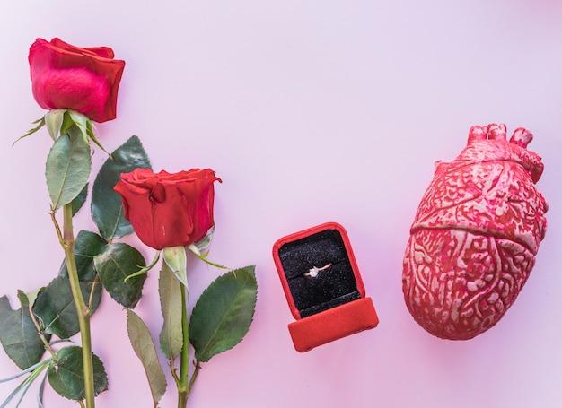 Aliança com coração humano de cerâmica na mesa