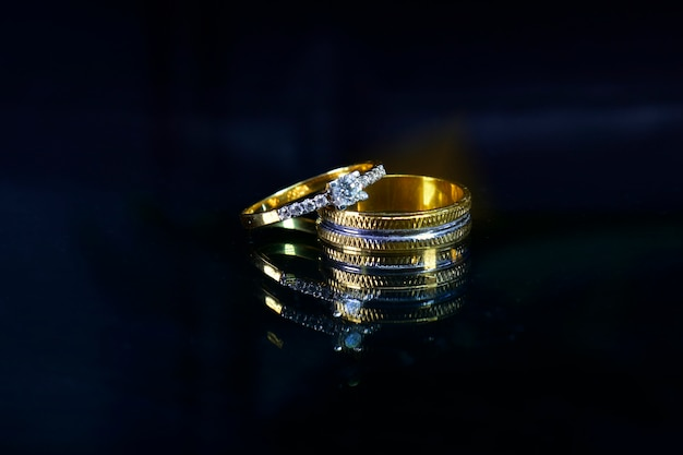 Aliança com diamantes no escuro