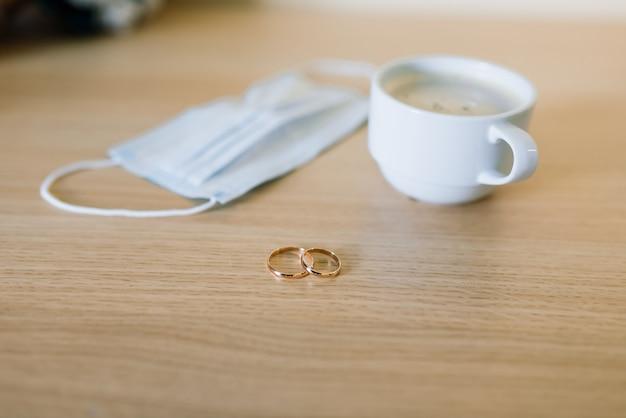Aliança com máscara médica. divórcio e separação do casamento durante a pandemia do coronavirus.