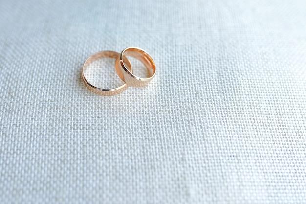 Aliança como símbolo de casamento. espaço da cópia