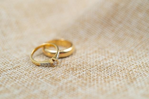 Aliança de casal sobre saco marrom