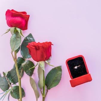 Aliança de casamento com rosas na mesa