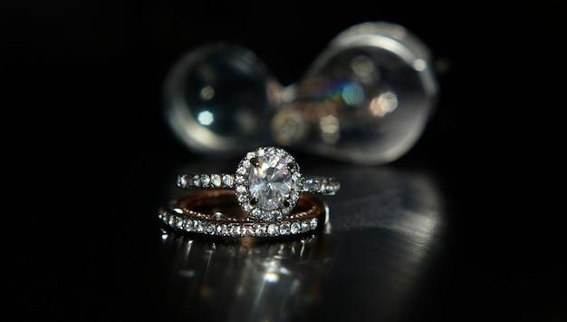 Aliança de casamento e diamantes de ouro