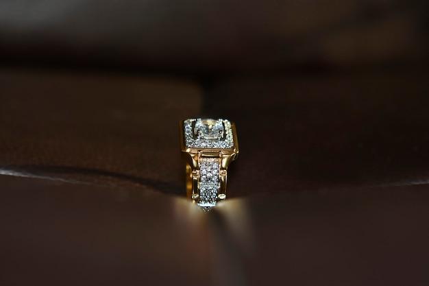 Aliança de ouro com diamante