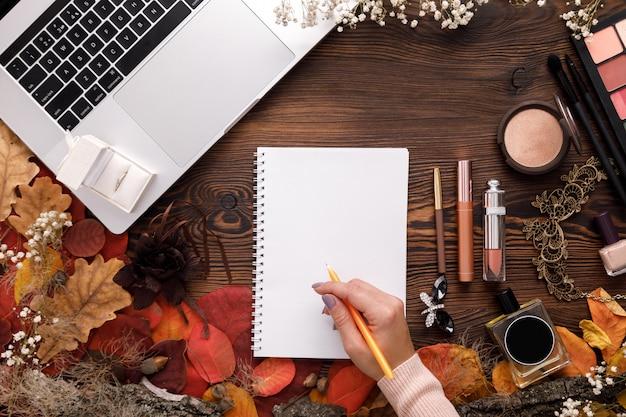 Aliança em caixa de presente branca, laptop e notebook
