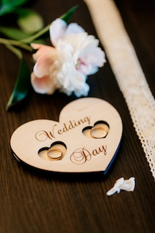 Alianças com decoração de casamento