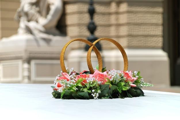 Alianças com flores decoram o teto de uma limusine