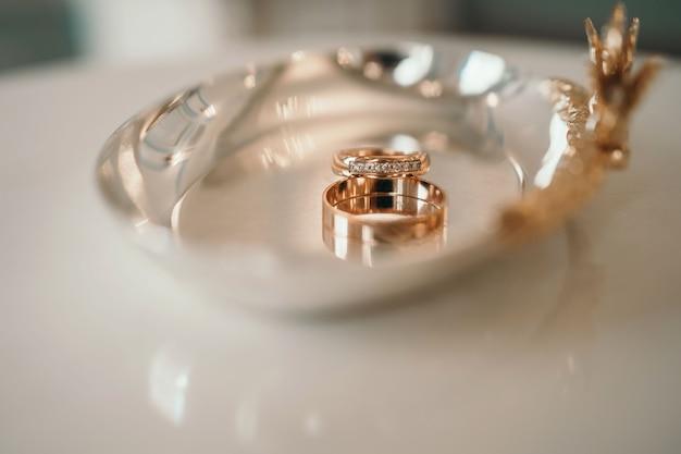 Alianças de casamento closeup dois belos anéis na imagem de foco suave de cerimônia barca com fundo desfocado ...