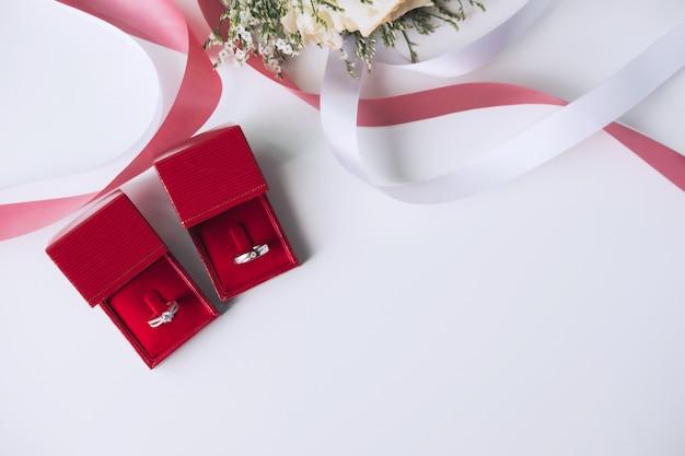 Alianças de casamento com buquê de flores