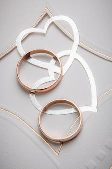Alianças de casamento com decoração de coração