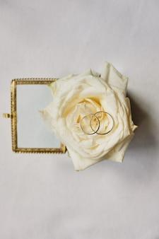 Alianças de casamento com flores rosas, foco seletivo
