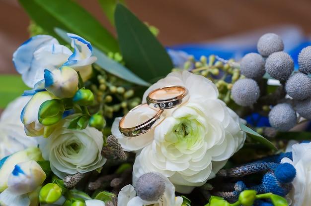 Alianças de casamento com flores rosas