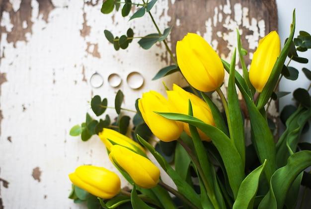 Alianças de casamento com tulipas