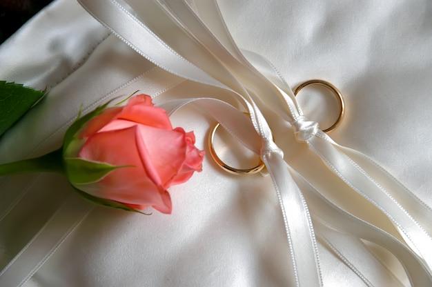 Alianças de casamento com uma rosa