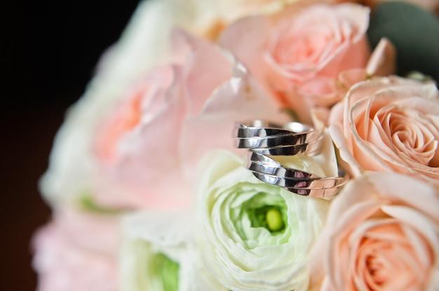Alianças de casamento criativas em ouro branco.
